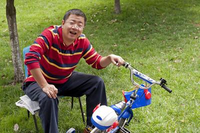 父亲修自行车