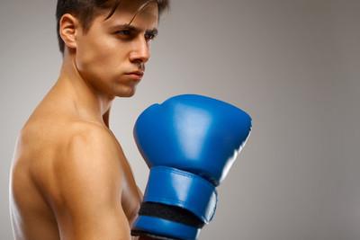 拳击。年轻拳击手准备战斗