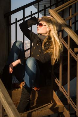 性感的年轻女孩,在楼梯上