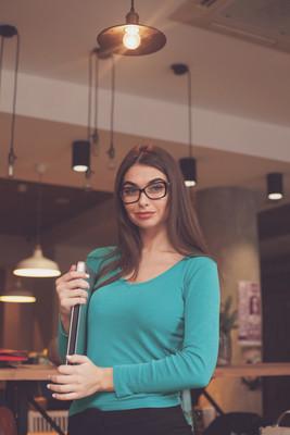 美丽的女人,戴着黑眼镜