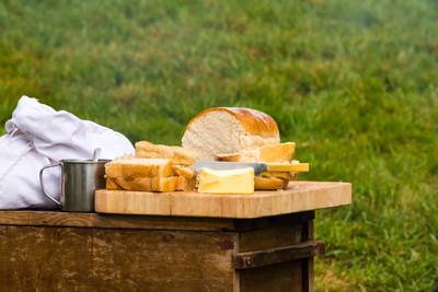 在砧板上黄油的面包