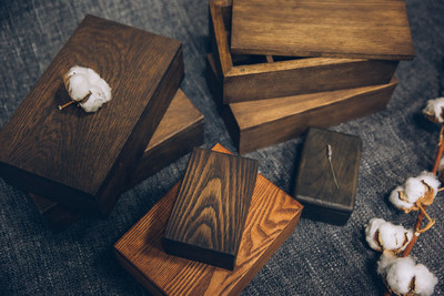 关闭 gorizontal 的木箱布满黑漆在不同颜色的不同大小的照片