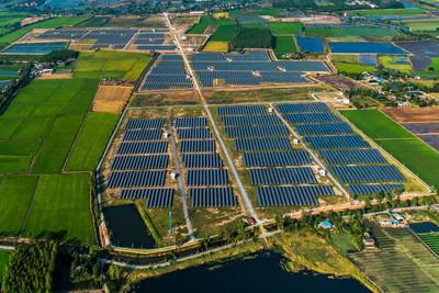太阳能农场,从空中的太阳能电池板图片