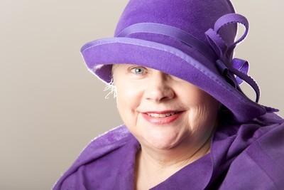 白头发的女人在紫色帽子的特写镜头