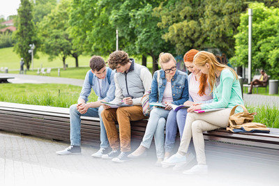 大学生在公园学习