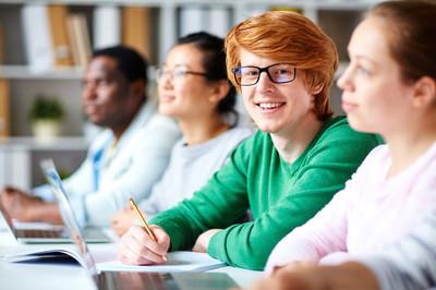 男大学生坐在桌前