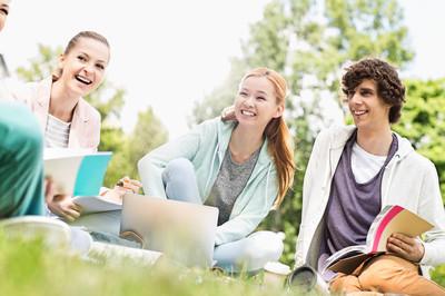 大学生学习在草地上