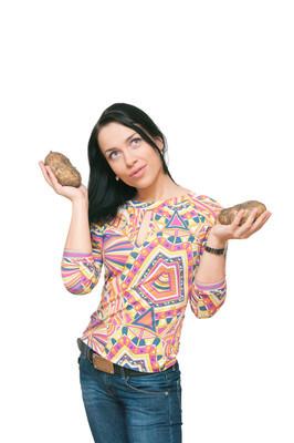 女孩用手中的粗马铃薯