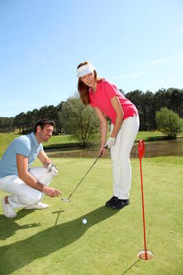 学习如何玩高尔夫的女人