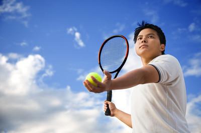 亚洲男性打网球