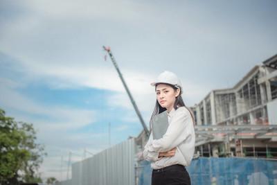亚洲女工和工程师电工在发电厂能源行业的安全生产管理工作