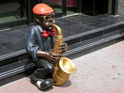 演奏乐器的人物雕塑前享受美妙的时光