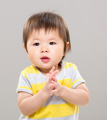 可爱的宝宝女孩鼓掌的手