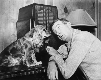 男人和狗听收音机