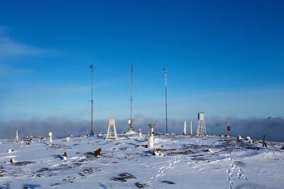 冬天白天在山上的气象站