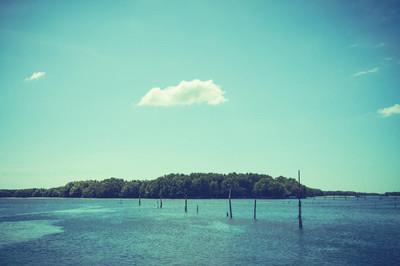 美景观的蓝蓝的天空和大海上空的云块与岛屿
