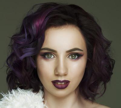紫罗兰色的头发美丽时装模特的肖像