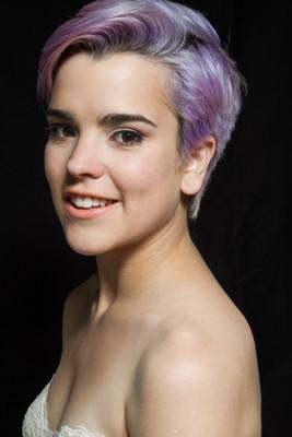 紫罗兰色的短头发的女人微笑在相机的肖像