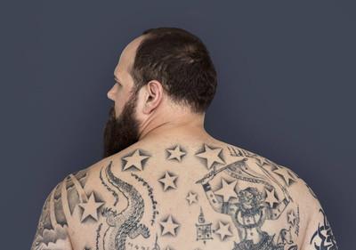 背上的纹身的男人