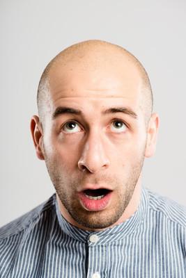 滑稽的人的肖像高清晰度灰色背景