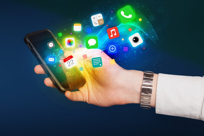 手拿着智能手机与丰富多彩的应用程序图标