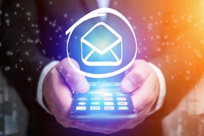 电子邮件图标走出去的商人-智能手机界面 b