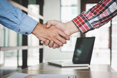 良好合作后的企业合作伙伴关系握手