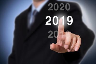 商人指向2019年。生意人新年概念