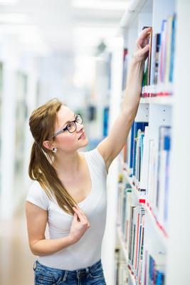 女大学生在图书馆找一本书