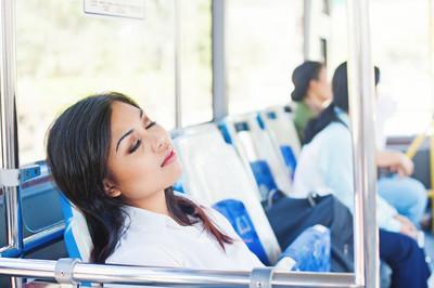 睡在一辆公交车的上班族