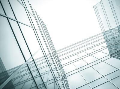透明玻璃墙的现代摩天大楼