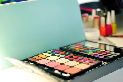 化妆和化妆品。职场化妆师。化妆品化妆师。调色板。后台