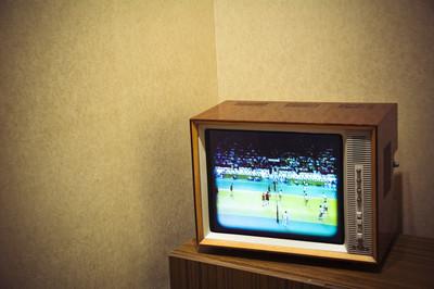 老式电视机与文本的余地在背景上