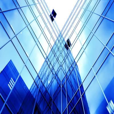 对新的摩天大楼的底面视图