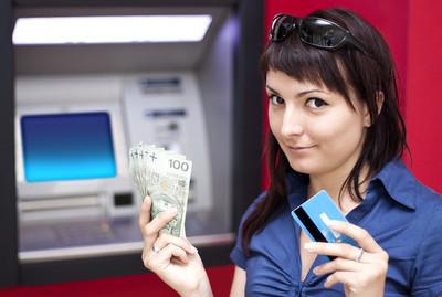 从信用卡在 atm 取钱的女人