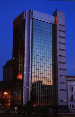 在晚上的摩天大楼