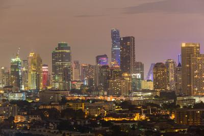 商业写字楼市市中心在黄昏的时候
