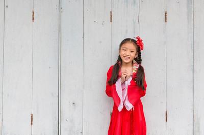 年轻的中国女孩穿红裙子为农历新年 celebr
