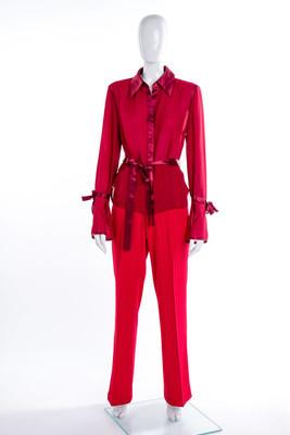 女式红色上衣和长裤