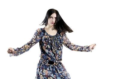 年轻的黑发女孩礼服舞蹈工作室, 严重