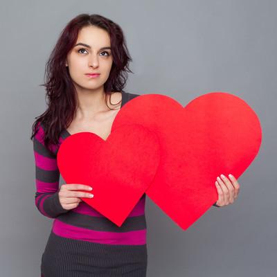 女孩抱着纸做的爱心