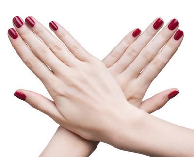 与红色修指甲的手