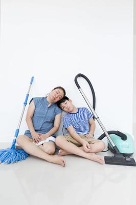 联合国快乐亚洲家庭打扫房间