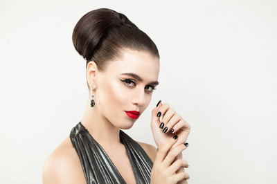 时尚女性手指甲指甲。黑指甲