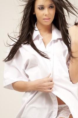 穿白衬衣的年轻模特
