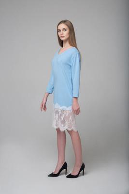 美丽的长发女性模特穿着蓝色的白色花边礼服