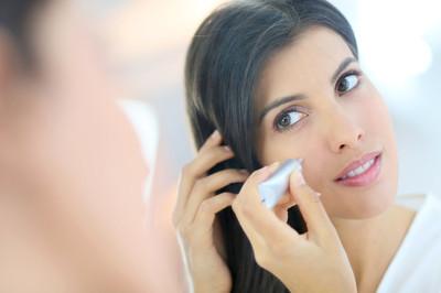 使用化妆品的女人