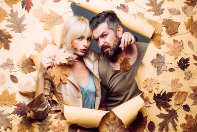 秋天的情侣穿着秋天的衣服, 看起来很感官。秋季潮流和时尚。您好9月