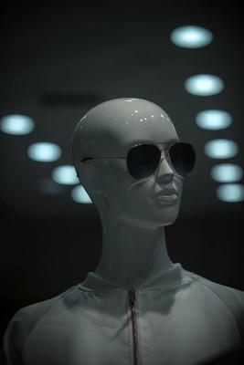 机器人或机器人娃娃穿衬衫和太阳镜。模特在商店里。未来和前瞻设计。时尚潮流和风格。购物和销售理念