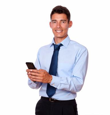 在他的手机上年轻男性商人发短信